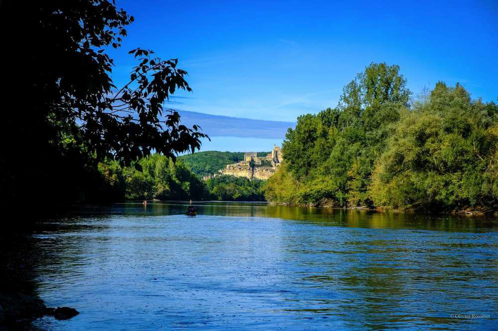 Canoë sur la Dordogne au pied du château de Beynac